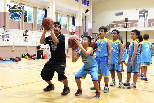 Trẻ em chơi bóng rổ có giảm cân không? Cần lưu ý gì khi chơi?