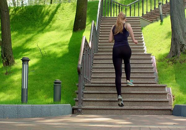 Chạy bộ leo cầu thang