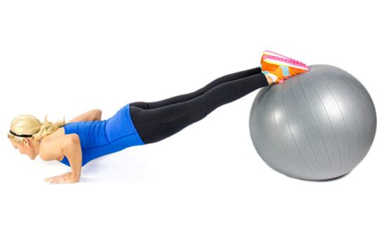 Tập chống đẩy đặt chân trên bóng Yoga