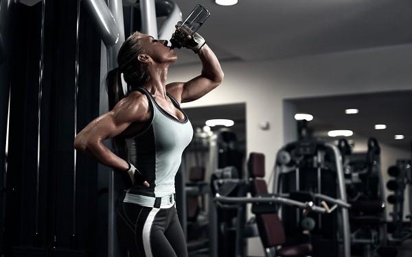 Uống nước đầy đủ khi tập thể dục
