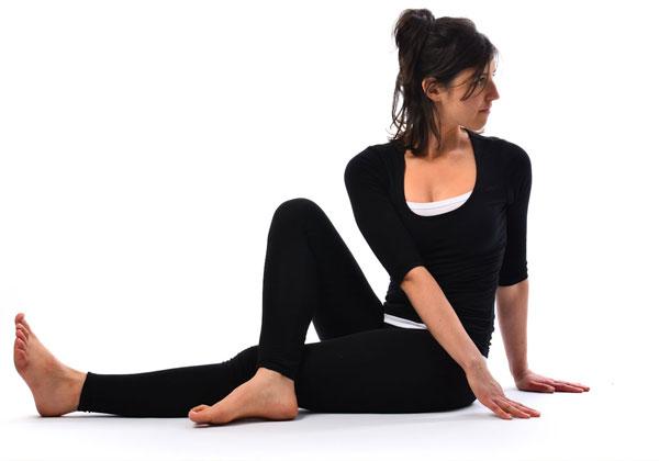 Tư thế Yoga ngồi duỗi chân xoay người