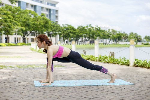 Tư thế Yoga Lunge with Arm Extended Up