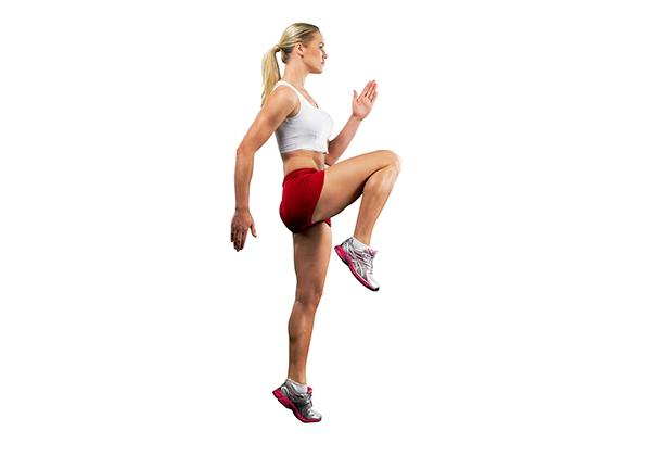 Chạy nâng cao đầu gối giảm mỡ bụng
