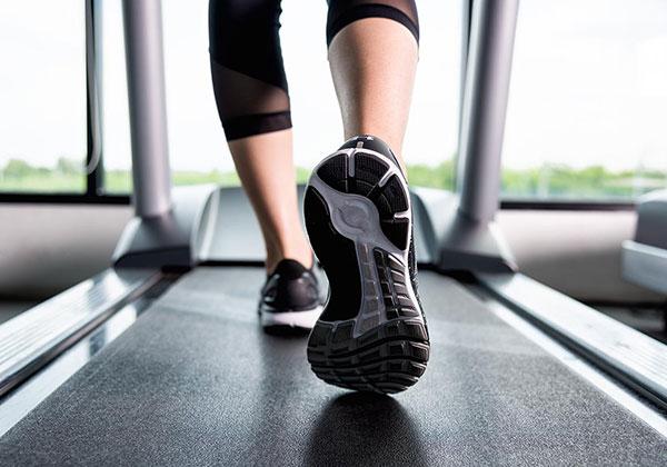 Đi bộ giảm cân sau sinh mổ