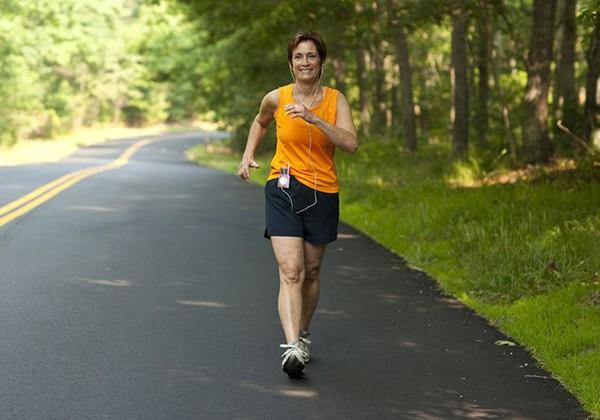 Tập đi bộ giúp giảm cân