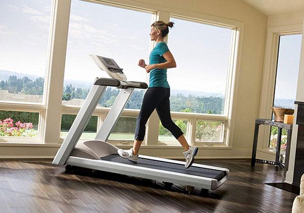 Tập máy chạy bộ có to chân không? Cách tập giúp chân thon?