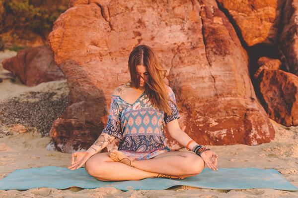Tư thế bán già trong yoga