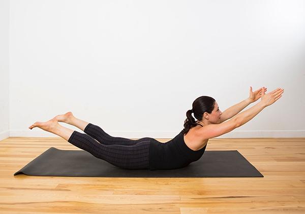 Tư thế Yoga Superman giảm mỡ lưng