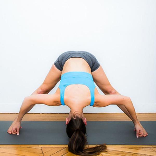 Tư thế Yoga đứng gập người, dạng chân rộng