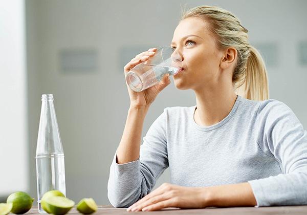 Uống nước buổi sáng giúp giải độc cơ thể