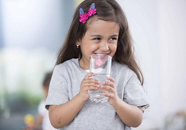 Uống nước giúp giảm cân cho học sinh
