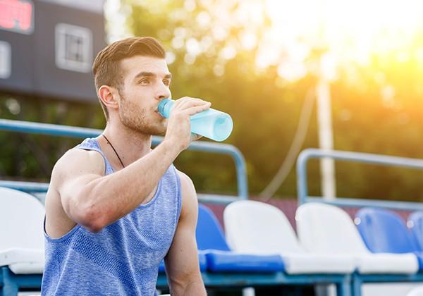 Uống nước giúp giảm mỡ bụng cho nam