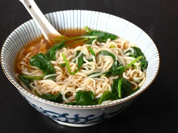Ăn mì tôm cho nhiều rau xanh giúp bổ sung chất xơ, ngăn ngừa tăng cân hiệu quả