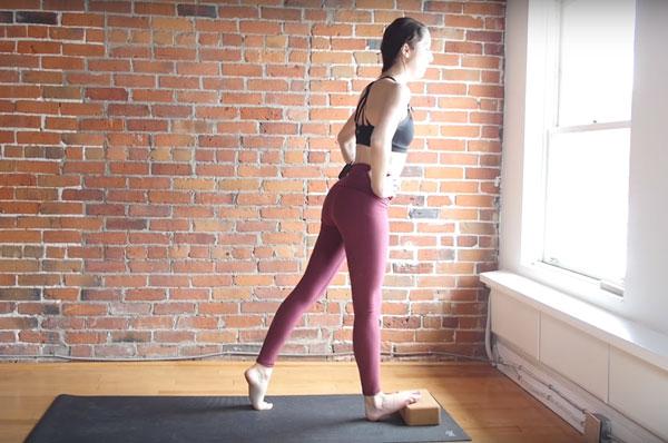 Bài tập Calf stretch on step thúc đẩy quá trình giảm mỡ bắp chân