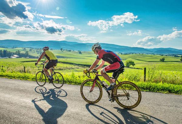 Đạp xe ngoài trời giúp tận hưởng không khí trong lành