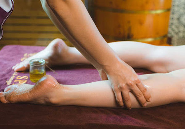 Massage chân đều đặn