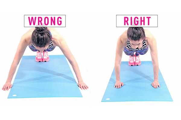 Tập Plank bị đau lưng do để vị trí cánh tay không đều