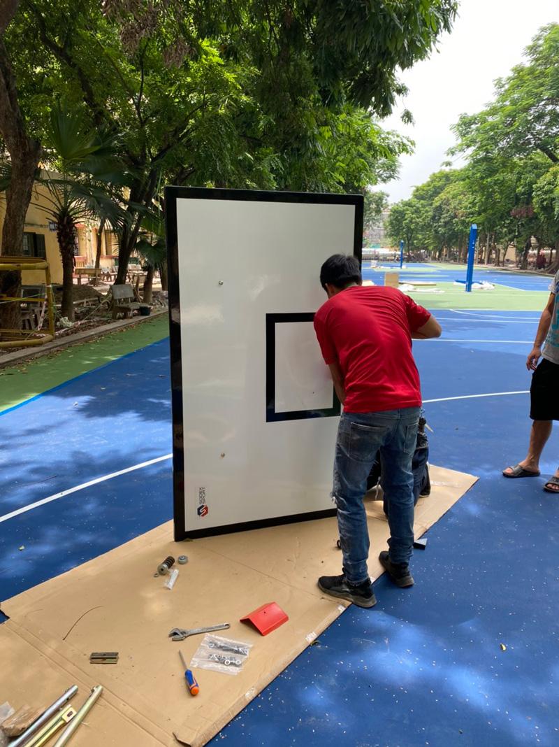Qúa trình lắp trụ bóng rổ tại ĐH KTQD