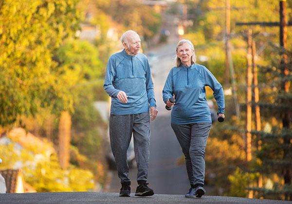 Tập đi bộ cho người già
