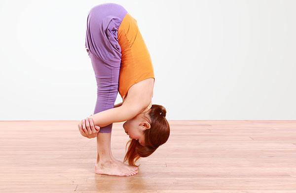 Tập Yoga tại nhà với tư thế đứng gập người