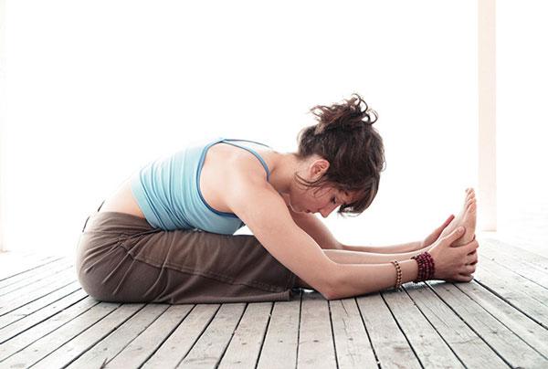 Tập Yoga tại nhà với tư thế ngồi gập người