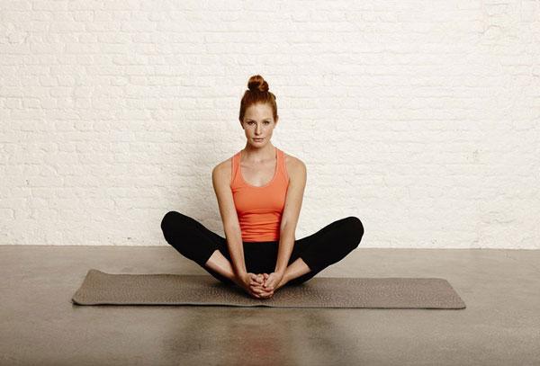 Tập Yoga tại nhà với tư thế ngồi mở rộng chân