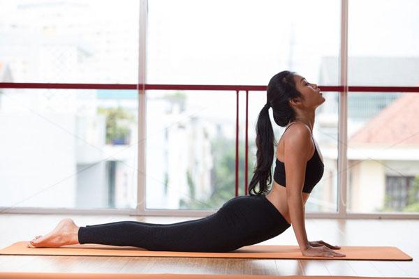 Tập Yoga tại nhà với tư thế rắn hổ mang