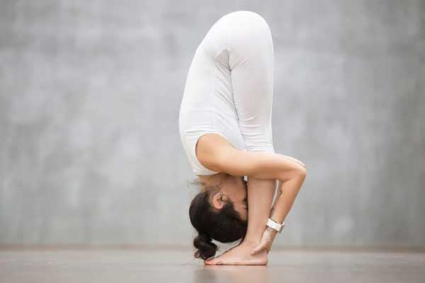 Tư thế Yoga đứng gập người