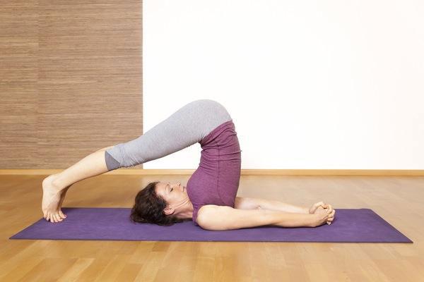 Tư thế Yoga cái cày (Plow Pose)