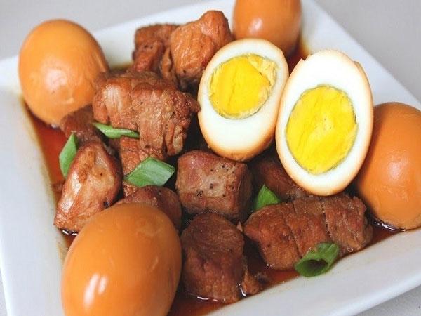 Thịt chân giò kho trứng