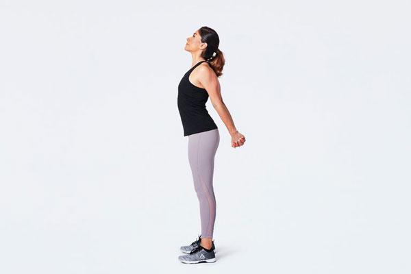 Thực hiện động tác giãn ngực hỗ trợ tăng kích thước vòng 1.