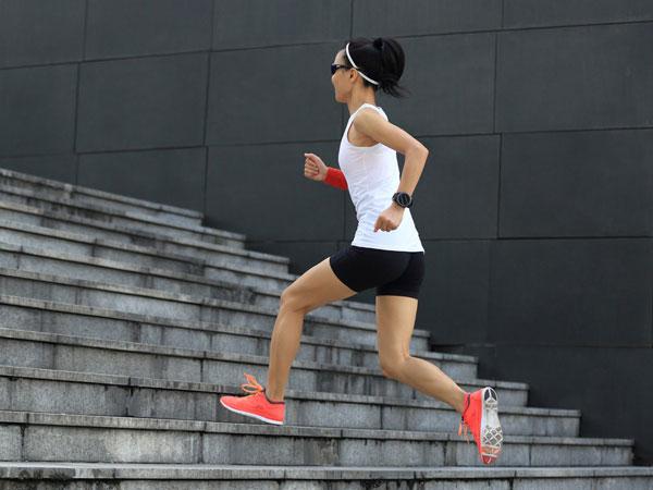 Chạy bộ leo cầu thang giúp giảm mỡ đùi