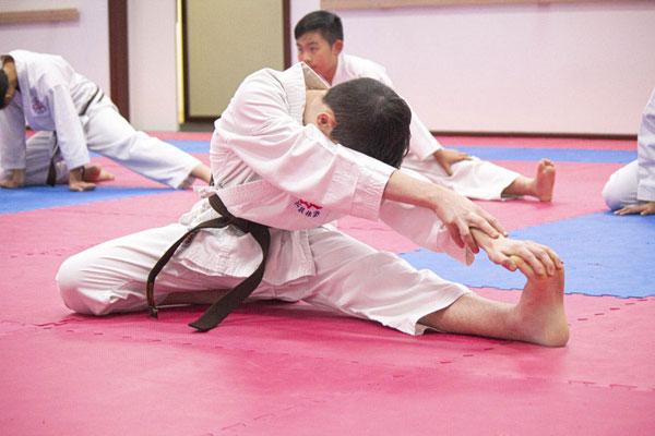 Khởi động trước khi tập võ Karate