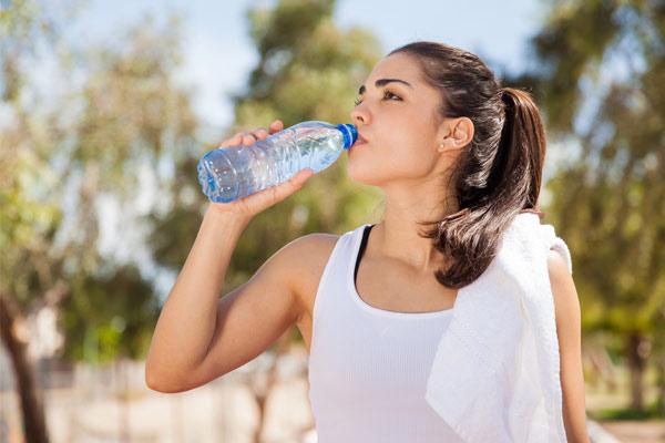Uống đủ nước khi chạy bộ