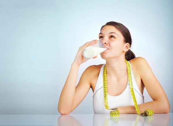 Uống sữa đậu nành hỗ trợ tăng vòng ngực hiệu quả cho nữ.