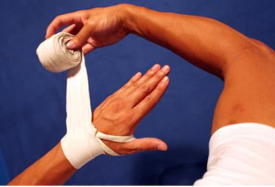 Bước 2 - Quấn băng tay tập võ