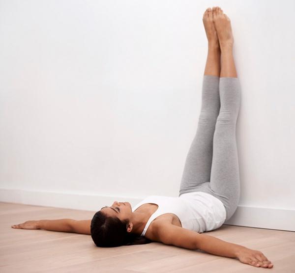 Đặt chân lên tường tập bụng dưới