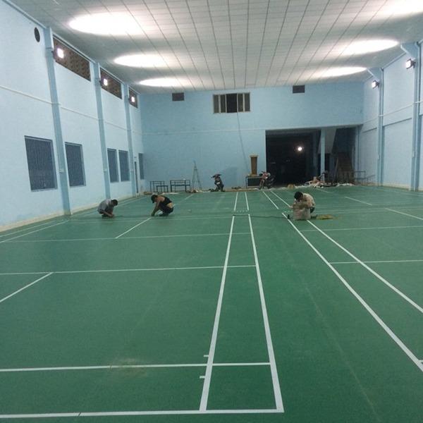 Làm sân cầu lông tại Trường THPT Minh Đức