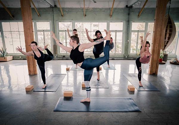 Làm theo hướng dẫn của giáo viên Yoga