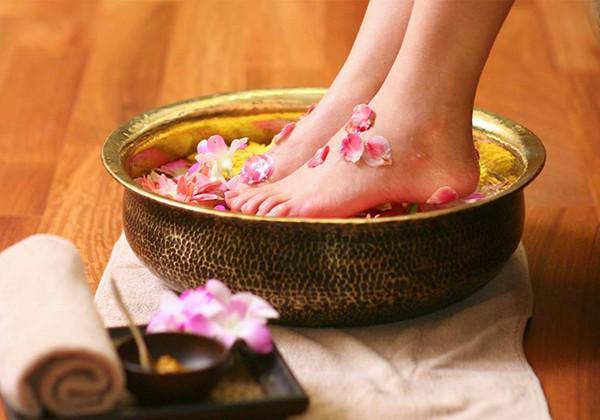 Ngâm chân giúp làm nhỏ bắp chân