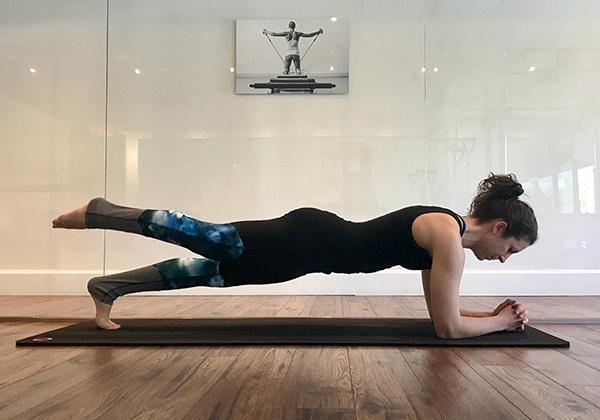 Plank thấp 1 chân