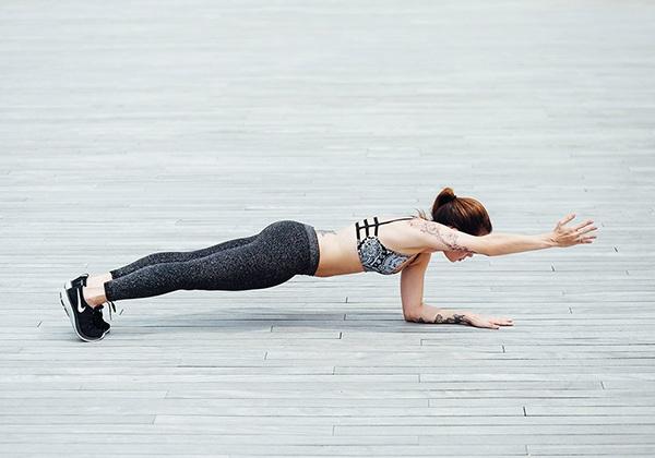Plank thấp 1 tay