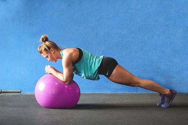 Plank trên bóng tập Yoga
