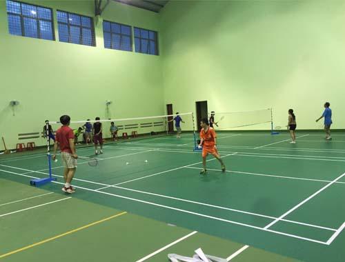 Sân cầu lông tại THPT Hồng Đức hoàn thiện