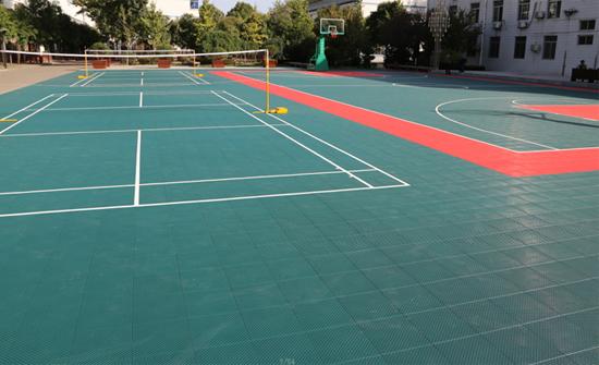 Sân cầu lông làm từ thảm sân ngoài trời