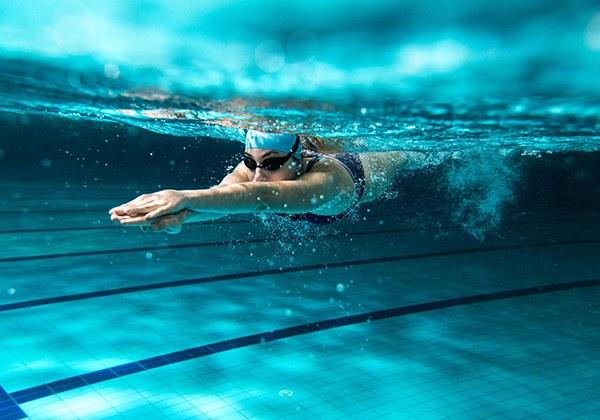 Bơi lội giúp vòng 1 nhỏ lại