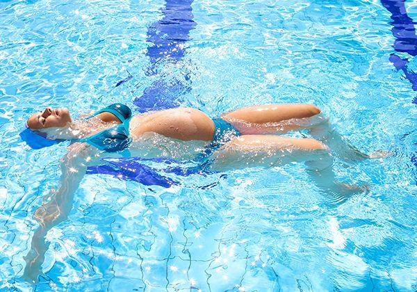 Bơi tốt cho bà bầu 3 tháng cuối