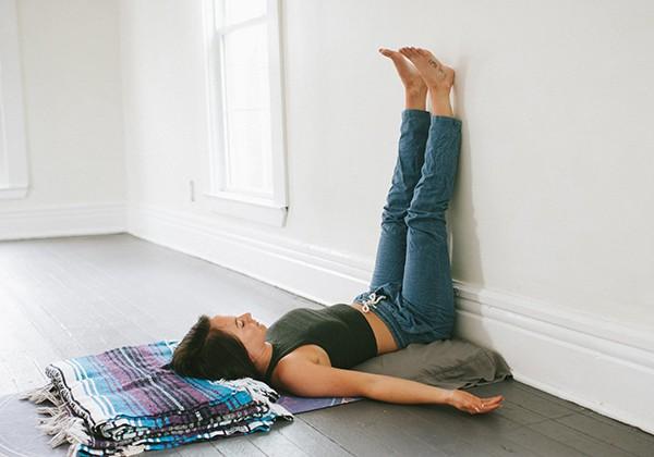 Chống chân lên tường giảm mỡ bụng