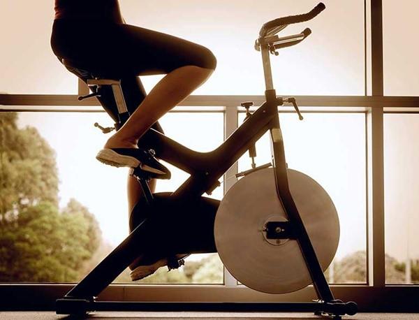 đạp xe thể dục trong nhà