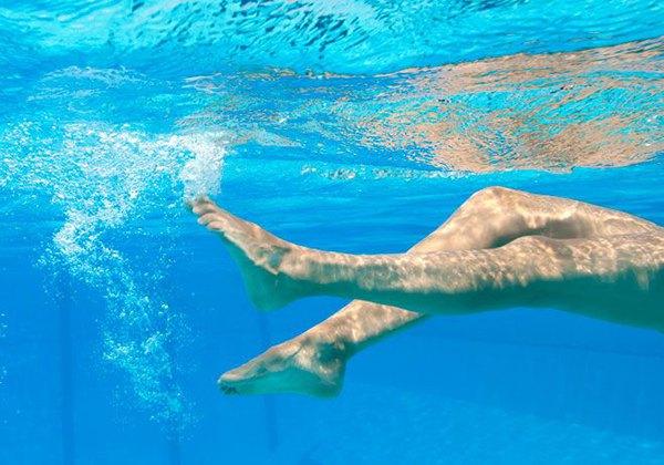 Động tác chân khi bơi ngửa